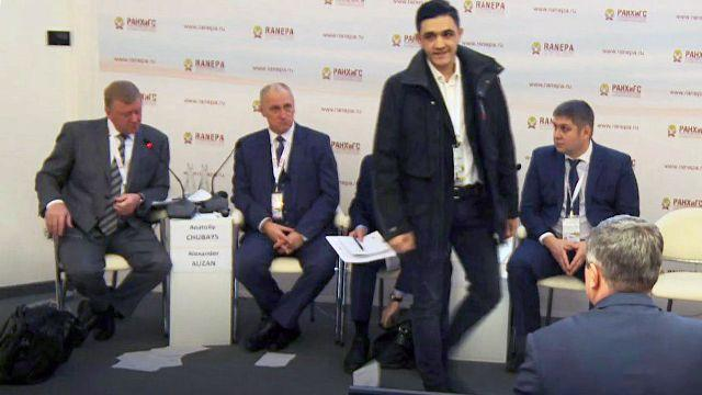 Фото: нацбол бросил листовки в лицо Чубайсу на Гайдаровском форуме