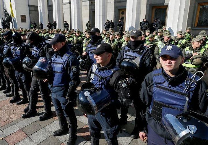 В центре Киева митингующие подрались с полицейскими