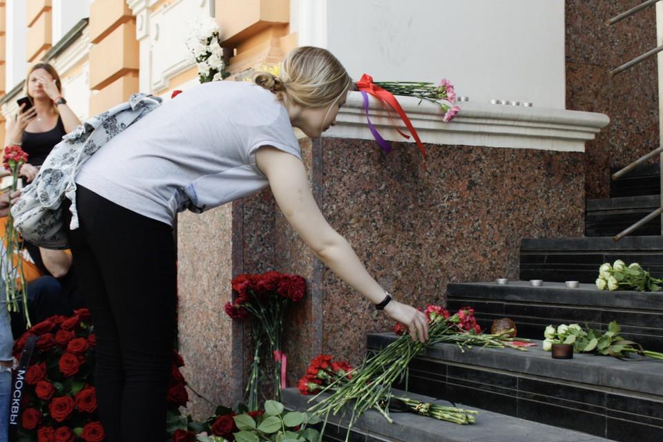 Москвичи возлагают цветы к п…