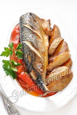 Скумбрия, запеченная с картофелем и болгарским перцем