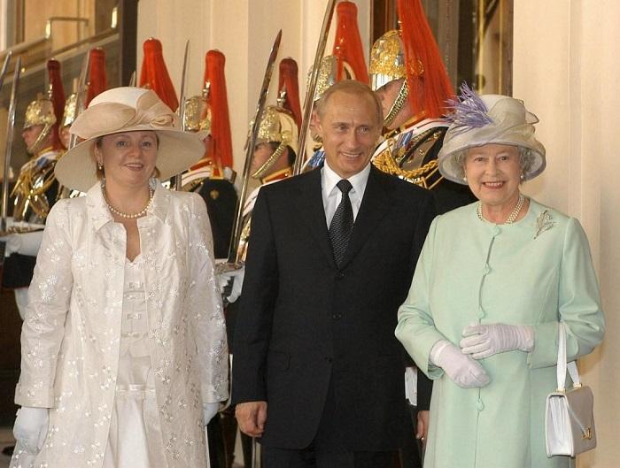 Людмила Путина для встречи с королевой Великобритании выбрала слишком театральный наряд