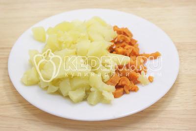 Картофель и морковь отварить, остудить и очистить. Нарезать кубиками.