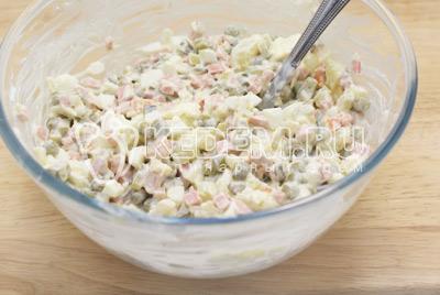 Смешать все овощи в миске и заправить салат майонезом