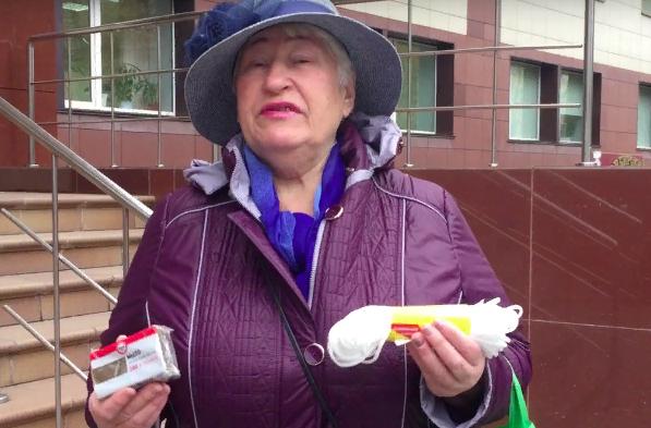 В Новосибирске пенсионерка подарила министру мыло и веревку