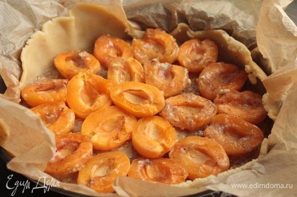 Поверх теста выложите франжипановую начинку и сверху расположите абрикосы.