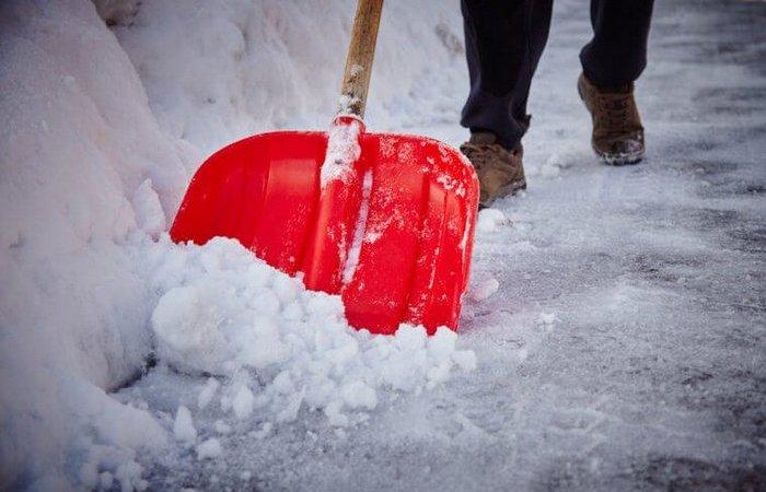 Простой способ растопить снег со льдом и расчистить дорожку перед домом или гаражом