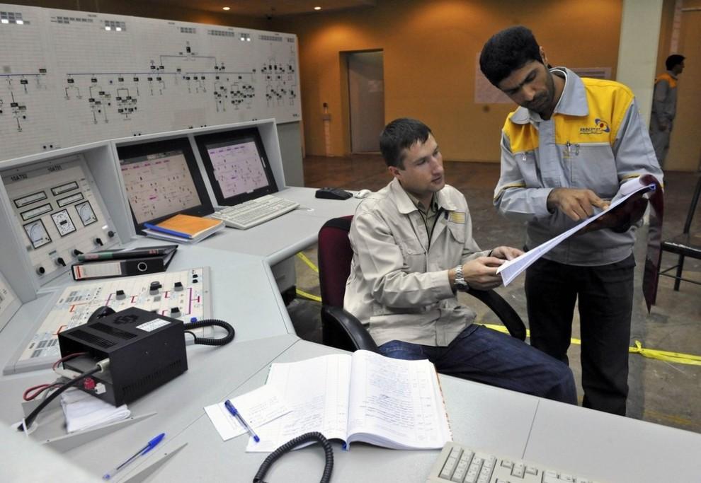 11) Иранский оператор (справа) и русский обсуждают документ на атомной электростанции в Бушкире в 1215 км к югу от Тегерана 30 ноября 2009 года. ( REUTERS/ISNA/Mehdi Ghasemi (IRAN POLITICS ENERGY))