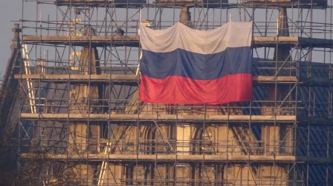 Огромный флаг России украсил Солсберийский собор