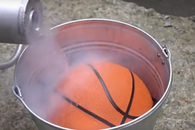 Что, если заморозить мяч в жидком азоте и скинуть его с 5 этажа