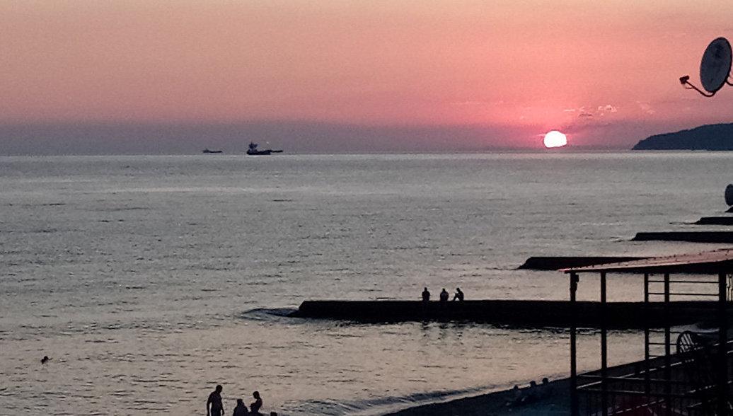 Вид на закат на пляже в поселке Дедеркой