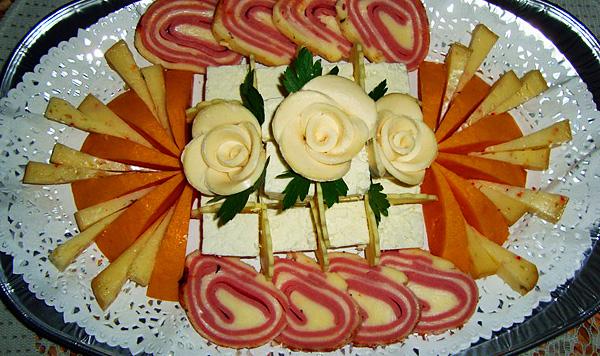 Роскошное блюдо холодных закусок- сервировка нарезки