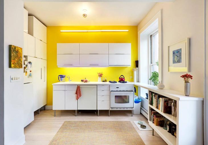 Яркая стена с ветлой кухне
