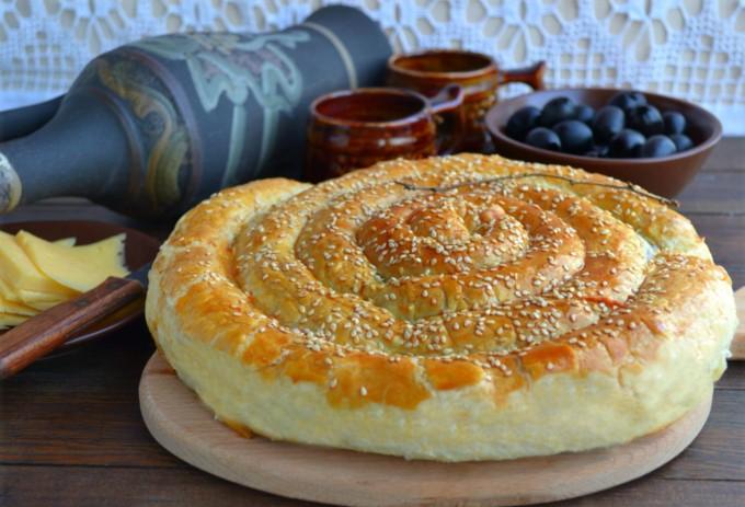 Слоёный пирог по-деревенски. Пирог с сыром, фасолью и оливками