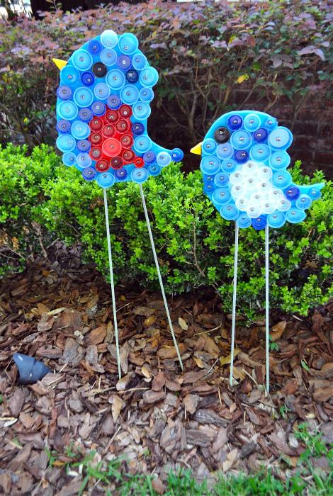 Фигурки птиц из пуговиц.