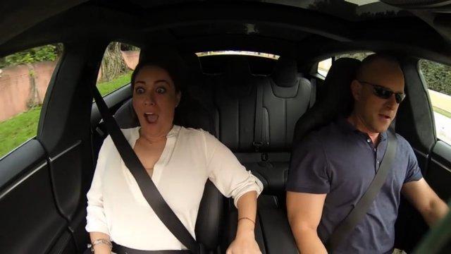Реакция пассажиров на ускорение Tesla Model S