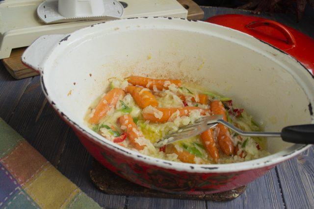 Обжариваем морковь с луком несколько минут