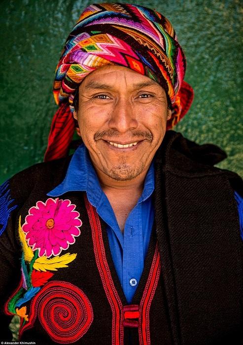 Традиционная праздничная одежда этого народа отличается яркой ручной вышивкой.