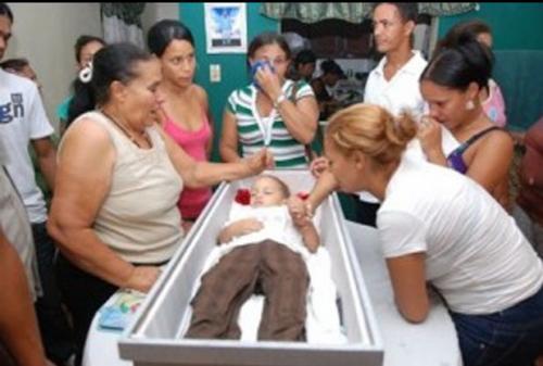 """Маленький мальчик умер два раза В Бразилии 2-летний Кельвин Сантос умер в больнице от пневмонии. Перед погребением (когда мальчик находился в гробу в своей квартире), он сел и сказал: """"Папа, я хочу пить""""."""