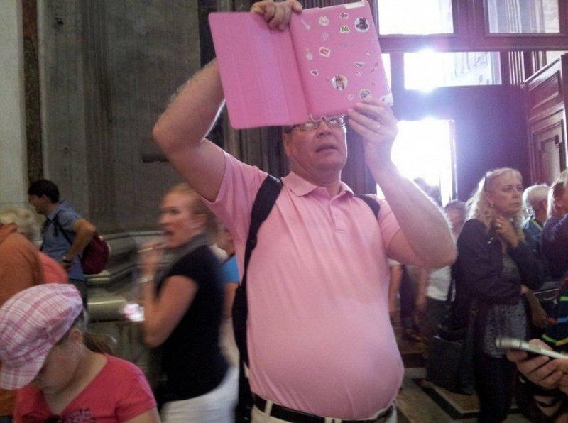Он просто поклонник розового выходки, интересное, люди, общественные места, странные люди, фото, юмор