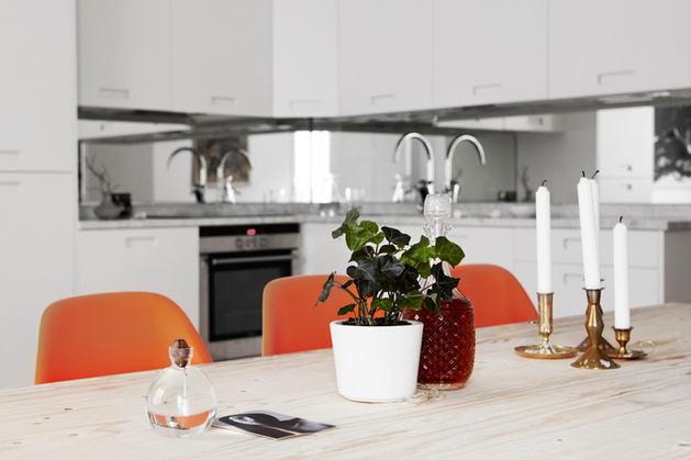 Кухня в цветах: черный, серый, белый, бордовый. Кухня в стилях: эклектика.