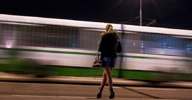 Решила в 17 лет подзаработать легких денег. Стала у вокзала, жду...