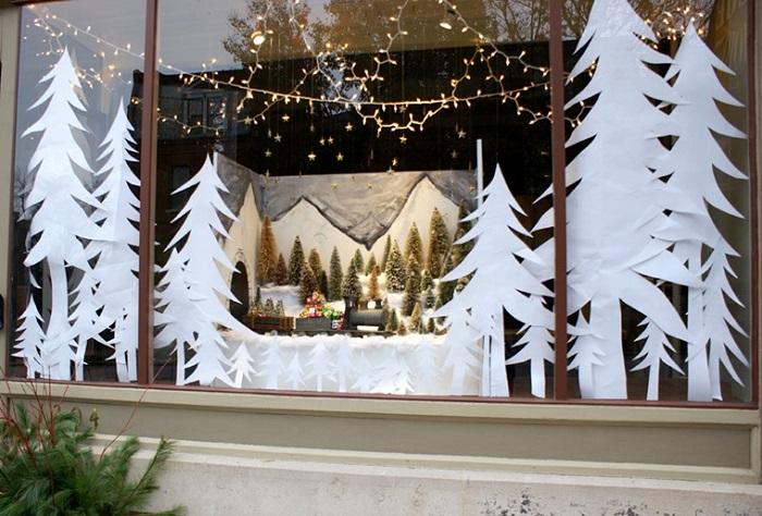Простая, но очень красивая идея для создания сказочной атмосферы — украшаем окна