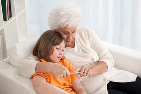Как сбивать температуру у ребенка, чтобы не угробить его здоровье