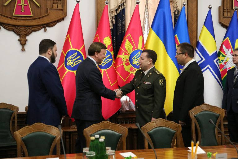 Полторак доложил американцам, что украинцы «не чувствуют страха перед Россией» и попросил летальное оружие