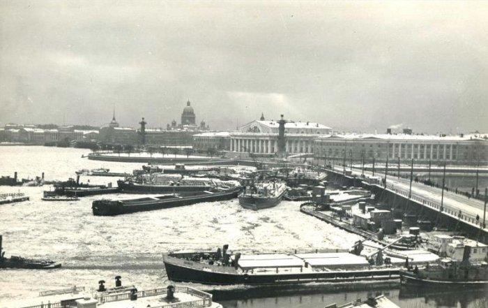 Навал судов на мост Строителей, 1956 год, Ленинград Шквальный ветер сорвал с якорей более 30 судов и бросил их на мост. 12 ноября 1956 года. история, люди, мир, фото