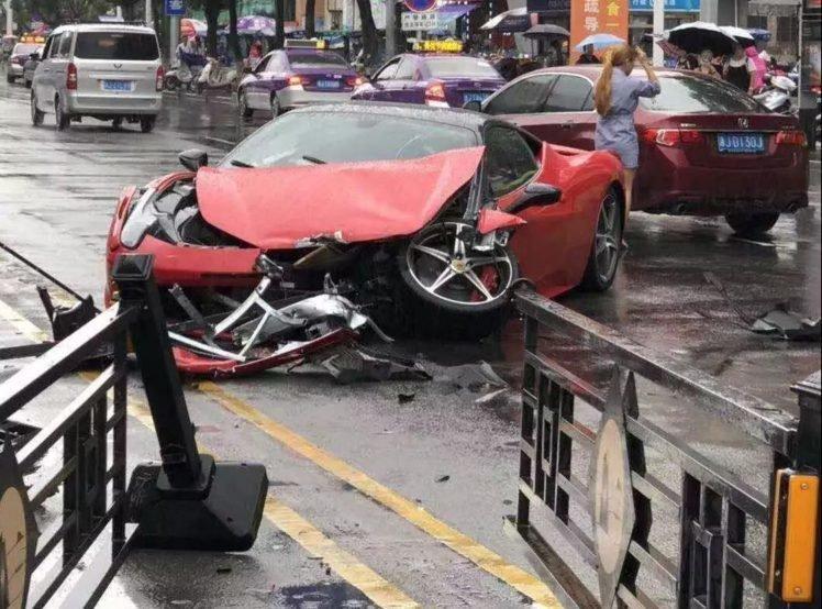 Китаянка разбила красный Ferrari 458 за 650 000 долларов спустя несколько минут после аренды