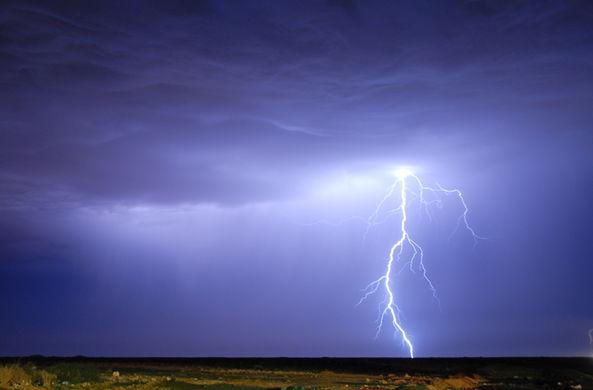 Фотограф снял на видео восходящую молнию