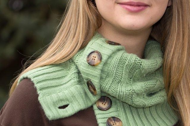 Как сшить теплый шарф из старого свитера