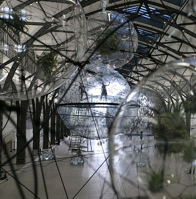Висячие сады Дюссельдорфа: в Германии представили уникальную инсталляцию