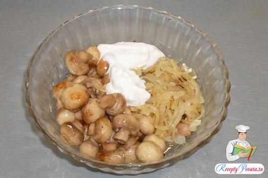 Смешиваем жареный лук, грибы