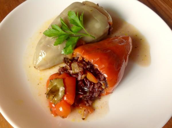 Перец, фаршированный диким рисом с грибами