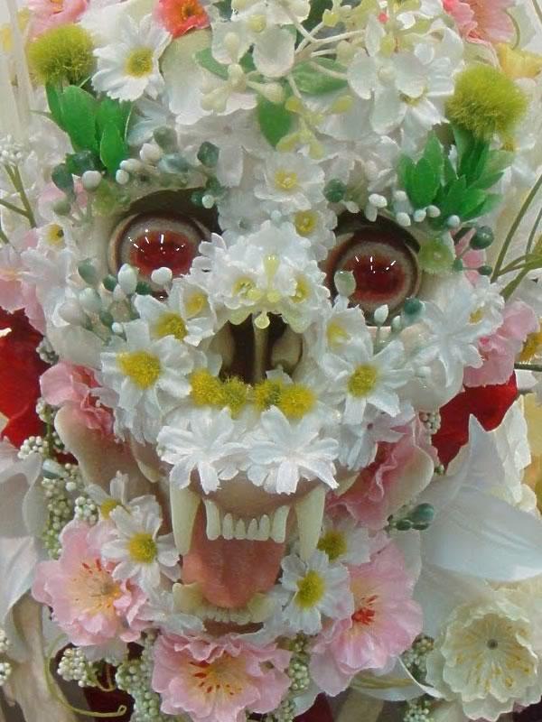 Скульптуры – цветочные скелеты.