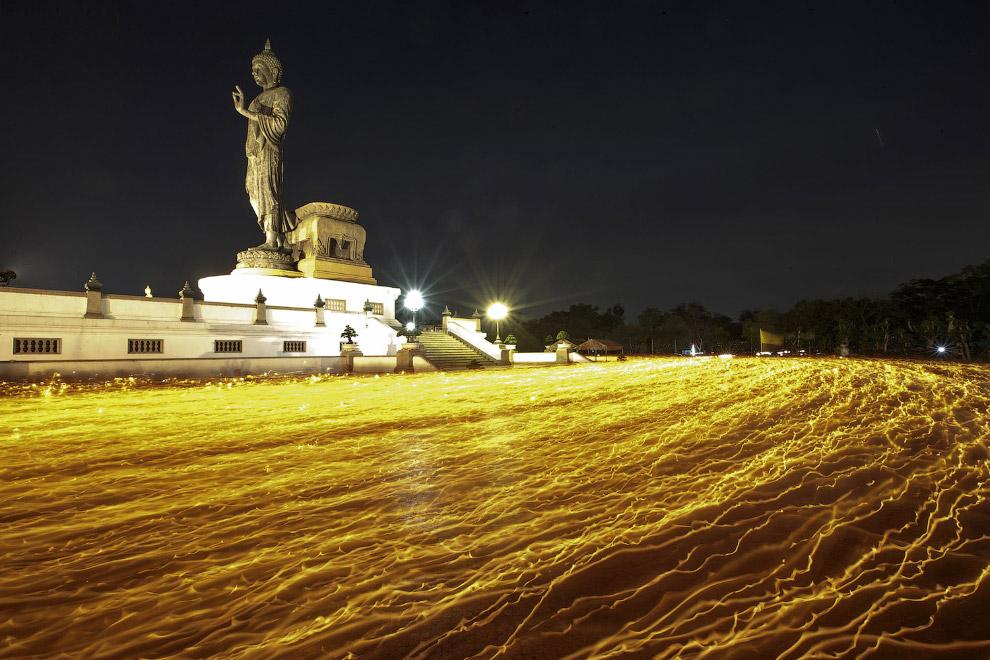 Буддийские монахи ходят со свечами вокруг Большого Будды