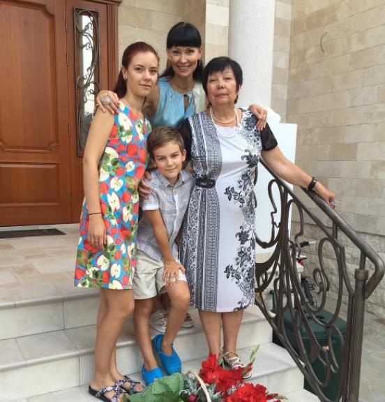 Нонна Гришаева: фото с мамой и детьми