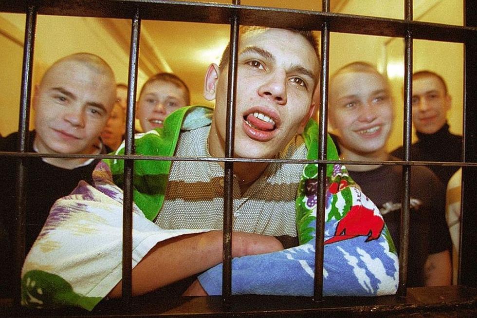 Банды малолетних преступников терроризируют регионы России. Подростки убивают, насилуют и нападают на полицейских. Свое движение они называют АУЕ