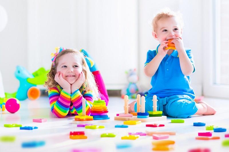 дети играются машинками