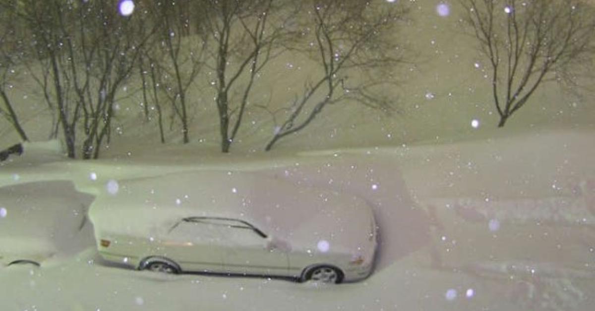 Вечером он решил сфотографировать свою заснеженную машину, а утром он просто не поверил в увиденное…