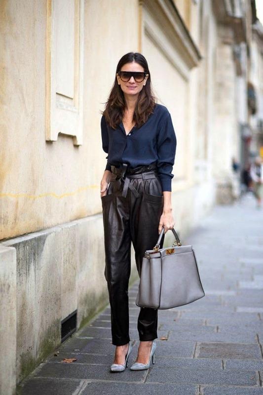 Девушка с большой сумкой и кожаных штанах