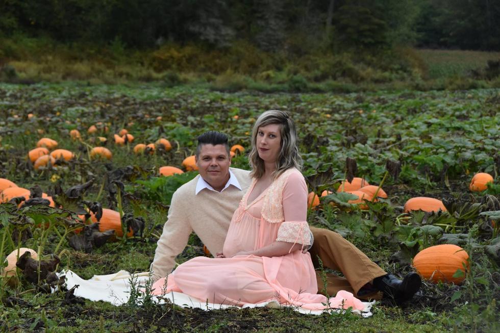 """Муж и жена устали от скучных съёмок для беременных и повторили сцену из """"Чужого"""""""