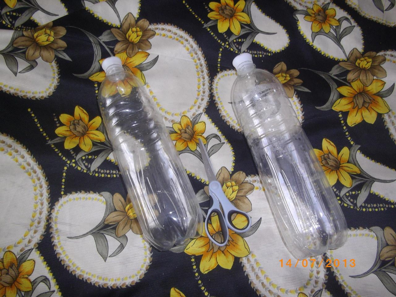 Украшаем заборы с помощью бутылки и ножниц!!!