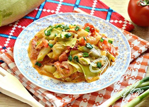 Тушеные кабачки с помидорами и луком