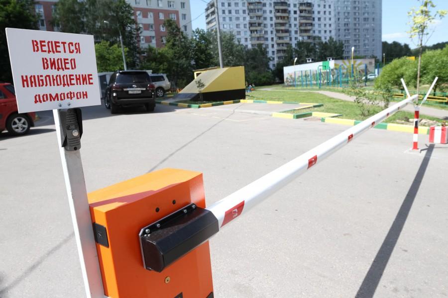 Шлагбаум раздора! ВС вернул москвичке право пользоваться парковкой во дворе собственного дома