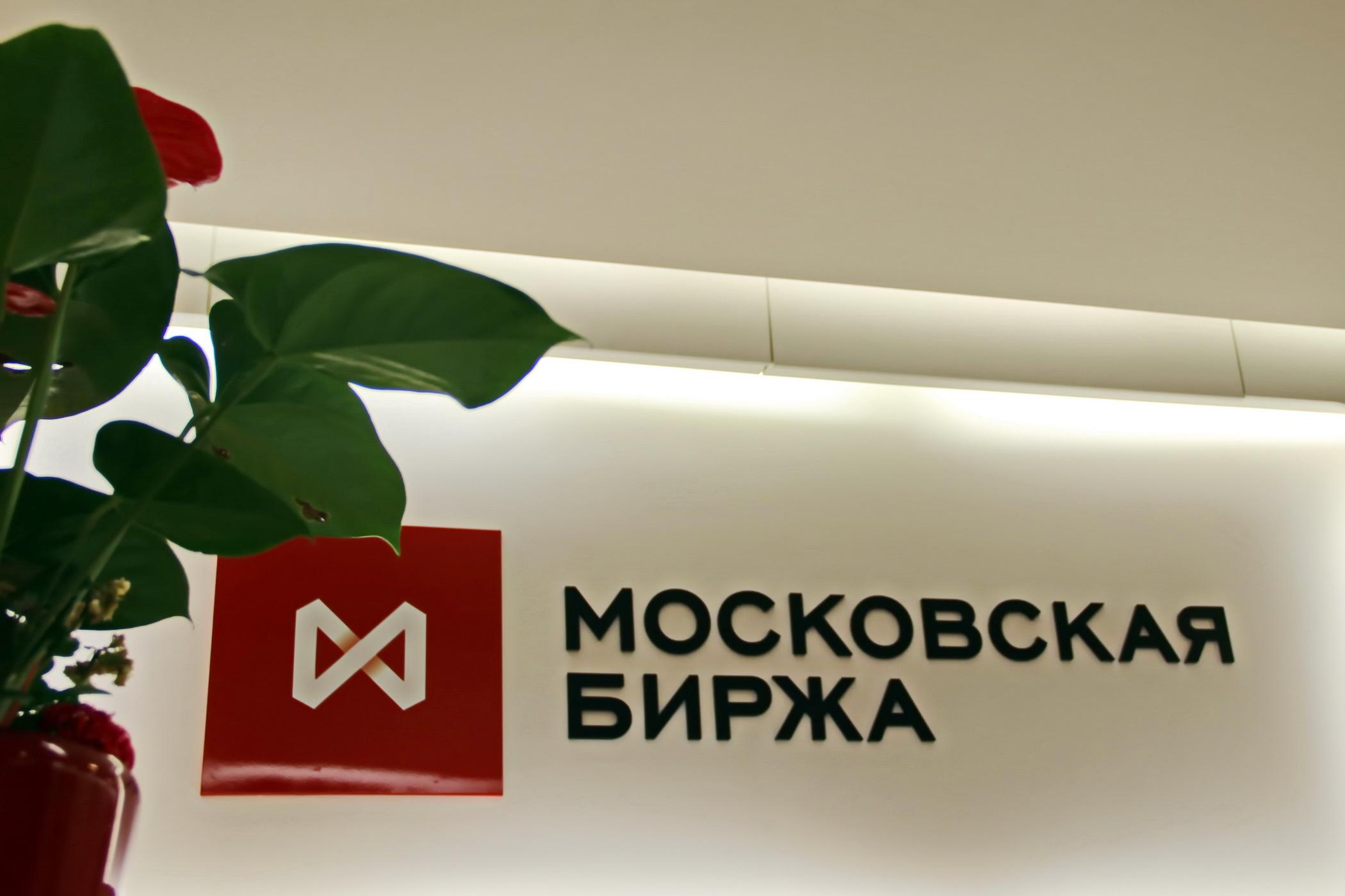 STOCKS-Акции Сургутнефтегаза рухнули на18%, Газпрома— на7% после дивидендных отсечек