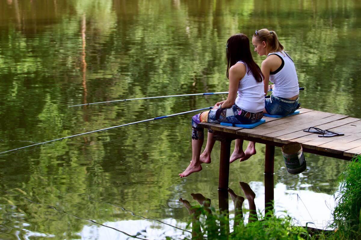 углом парень девушка на рыбалке таппинг