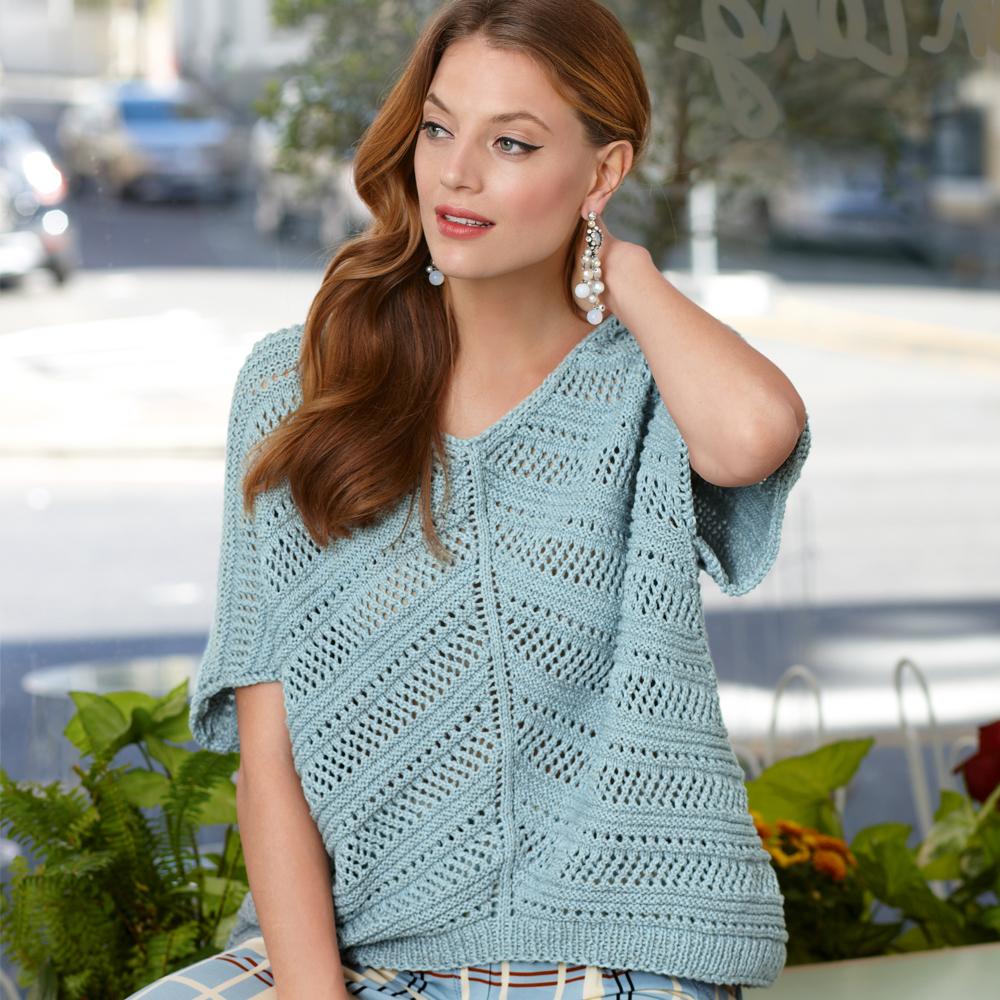 Пуловер с диагональным сетчатым узором спицами