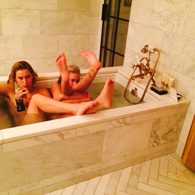 Дочери Брюса Уиллиса и Деми Мур позируют голые в ванне